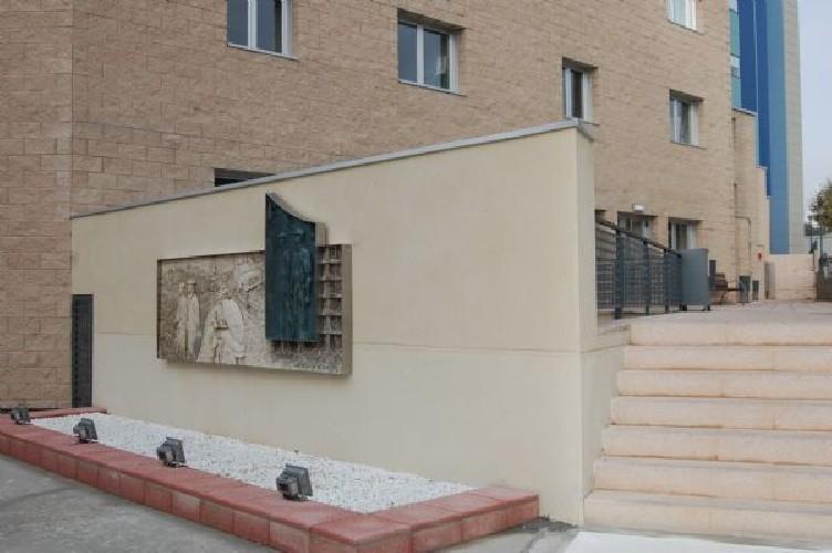 Mural para el nuevo cuartel de la Guardia Civil de Burgos 6 x 1,50 x 15 cms en gres y panel de bronce