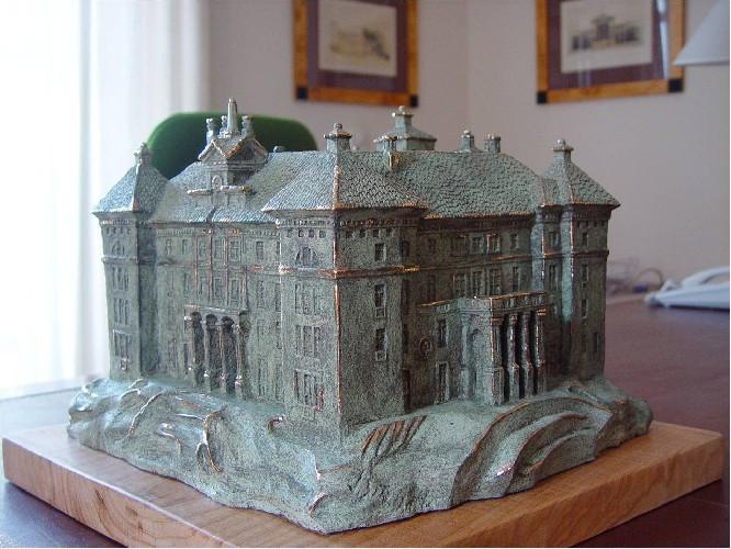 ESCULTURA HOTEL Maqueta realizada por encargo.Conjunto urbanístico y de golf  Medidas: 65x65x45 cm. Escultura única.