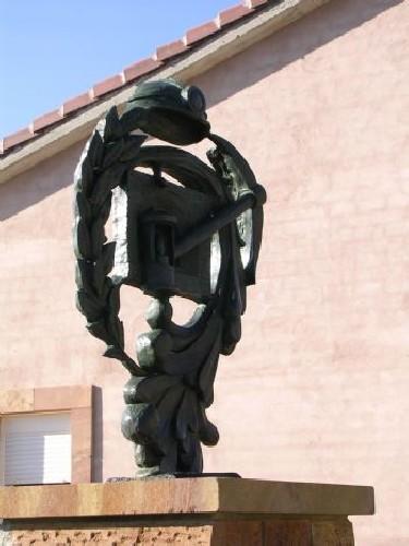 MONUMENTO EN BRONCE AL MINERO Monumento realizado en bronce para San Adrián de juarros Sobre un dibujo del pintor burgalés L.Ortega Medidas 80 x 100 cms sobre peana de piedra