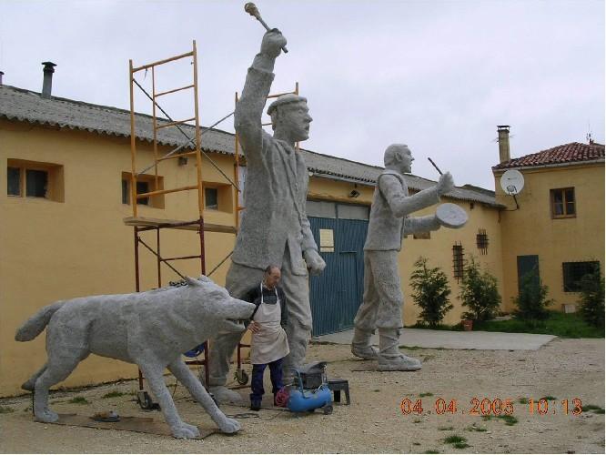 PASTOR GIGANTE Javier Sanz trabajando en el acabado de la escultura de 6 metros de altura, situada en el Monte Santiago.