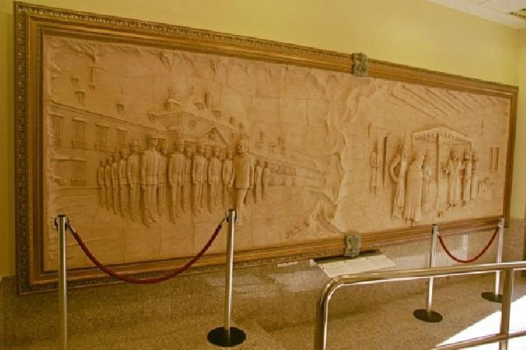 MONTEROS DE ESPINOSA En el Museo de Espinosa de los Monteros  Mural de 6 metros x 2 metros x 20 cms. en el que se narra el origen del Cuerpo de Los Monteros del Rey, . Situado en la localidad de Espinosa de los Monteros. Realizado en gres con aplicaciones de oro