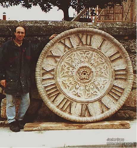 PERAL DE ARLANZA Reloj situado en el campanario de la iglesia de Peral de Arlanza (Burgos)